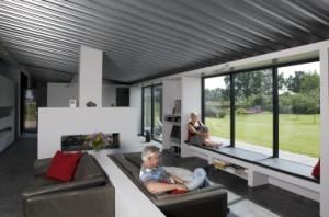 De woonkamer, de draagconstructie, het dak en de garage zijn van staal