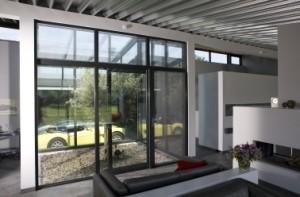 De patio zorgt voor een zichtverbinding tussen woning en garage