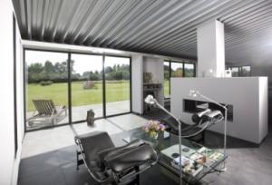 De loungeruimte met uitzicht op de tuin