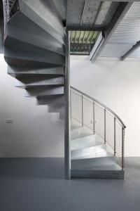 De trap is speciaal gemaakt en ziet er licht en sierlijk uit alsof hij gevouwen is van zilverfolie