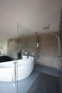 In de ouderslaapkamer zijn een bad en de wastafels geplaatst, terwijl de douche ervan is afgescheiden door een spatscherm