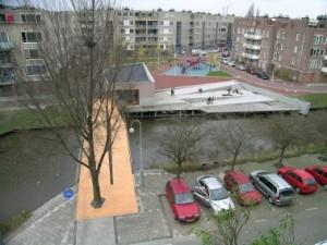 Overzicht brug, gebouw en plein
