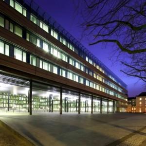 Aan het Korte Voorhout is in het gebouw een grote poort gemaakt