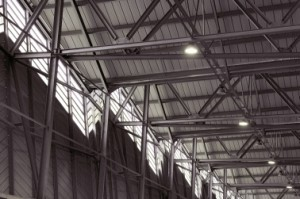 Binnen is de dakconstructie duidelijk zichtbaar