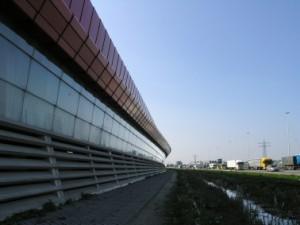 Het geluidscherm aan de A2 bestaat uit betonnen louvre-elementen, een glasgevel op glazen vinnen en aluminium beplating