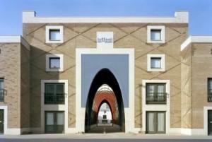 De buitenzijde van Le Medi is opgetrokken in lichte baksteen, verlevendigd met siermetselwerk