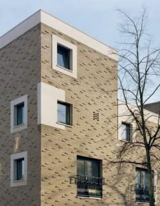 Er is een beperkt aantal raamvormen met gevarieerde natuurstenen of bakstenen omkadering