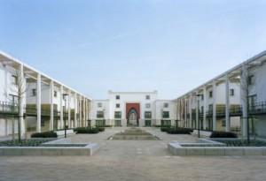 Het centrale geometrische plein met een waterpartij in de vorm van een ziggurat en watergoten