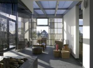 Het vele glas in de gevels refereert aan de nabijgelegen kassen en zorgt voor een licht en helder interieur