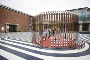 Op de binnenplaats voor de entree staat tijdelijk Intervention #7 Apollo, een glimmende voetbalkooi ontworpen door Olaf Nicolai