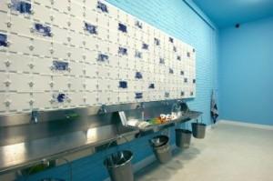 Kunststudio bij de educatieruimte, met kunstzinnige verwijzingen naar water