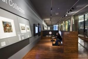 Expositieruimte prenten en rechts het prentendepot achter de oorspronkelijke glazen gevelwand van Bodon. Deze ruimte is ontworpen in samenwerking met Marieke van Diemen