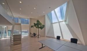 Interieur studiezaal RCE, met mezzanine en bijzonder venster aan de kopgevel
