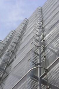Zuidgevel, gebogen verticale glaspanelen aan de buitenzijde breken het zonlicht