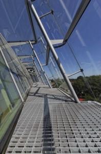 Het low-iron glas van de buitenhuid is zeer helder, de spouw tussen de twee glasgevels functioneert als warmtecollector.