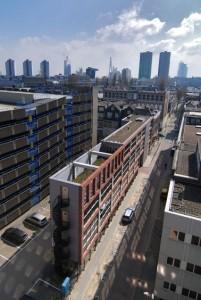 De nieuwbouw onttrekt de erachter gesitueerde parkeergarage aan het zicht