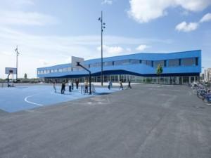 De opvallende blauwe aluminium gevel op de eerste verdieping