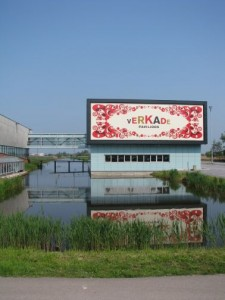 Het Verkadepaviljoen is met een loopbrug verbonden met het Zaans museum