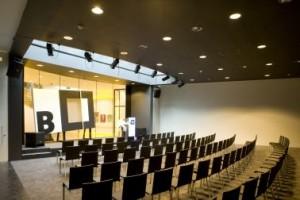 Auditorium met daklicht en doorkijk naar wenteltrap