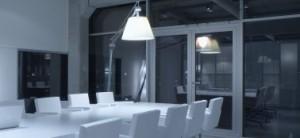 Boven de lange tafel hangen de lampen skygarden van Marcel Wanders, de Bloomy stoelen zijn van Moroso