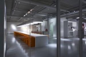 Doorzicht met rechts een blik in de showroom, de betonnen vloeren zijn gepolijst