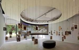 Grote tentoonstellingszaal in de nieuwbouw