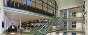 Tuinvleugel met beneden de entree, op de 1e verdieping het restaurant en boven het auditorium, gezien richting binnenhof. Foto Luuk Kramer.