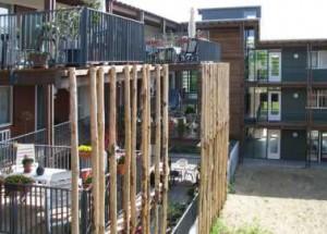 Achter de open houten schermen bevinden zich ruime terrassen