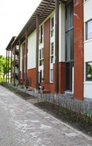 De twee meter brede veranda verzacht de overgang van binnen naar buiten