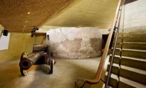 Interieur met rondeel en kanon