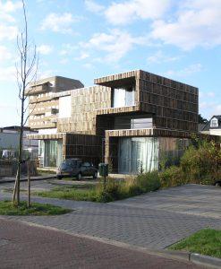 Entreegevel aan de Bamshoevelaan, met op de achtergrond de villa van Benthem Crouwel en het zorgcluster van Claus en Kaan architecten.
