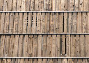 Detail gevel, ter plaatse van de badkamers zijn uitsparingen in de gevelbekleding gemaakt. Foto Jacqueline Knudsen.