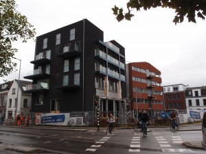 Ledig Erf Utrecht eind 2012, links Louis Hartloopercomplex in voormalig politiebureau en in het midden de nieuwbouw van Bob van Reeth. Foto Jacqueline Knudsen.