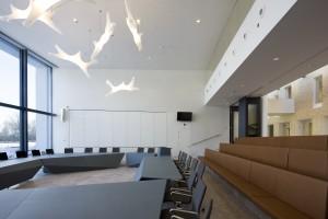 Raadzaal met glazen schuifwand naar atrium. Foto Arjen Schmitz.