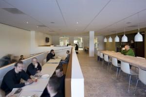 Restaurant met links schuifdeur naar raadzaal. Foto Arjen Schmitz.