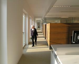 Variëteit aan werkplekken met gradaties in openheid, vrije doorloop langs gevel. Foto Jacqueline Knudsen