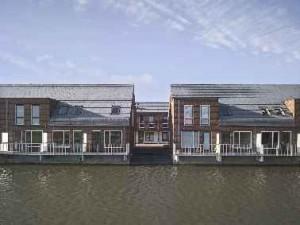 Woningen aan het water met een veranda