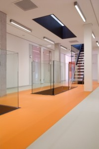 2 In het gebouw zijn veel glas en vides toegepast om het daglicht overal in het complex te laten doordringen