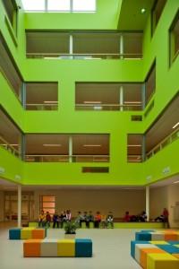 4 Door het atrium komt er voldoende daglicht in het diepe gebouw