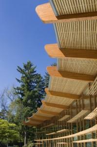 1 Gelamineerde spanten van inlands lariks dragen de dakdelen