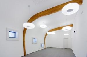 7 Vergaderruimte met opvallend diepe raamkaders en gebogen plafond