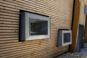 6 Rechthoekige zinken raamkaders steken iets uit de gevel