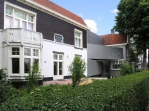 1 Links Lingesigt, rechts Villa Prana, het voormalige woonhuis van Cochius en sinds 1953 museum