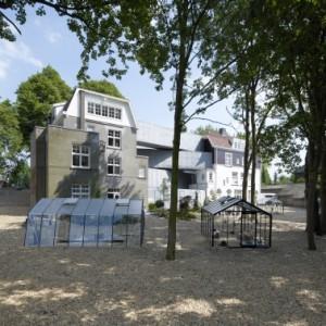 2 Achter de villa's staan in de tuin vijf kassen, met recente glaskunst die is vervaardigd in de eigen Glasblazerij in Leerdam