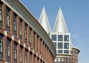 De Natalinitoren vormt een duidelijke eenheid met de eerder gerealiseerde, lagere kantoorvleugel