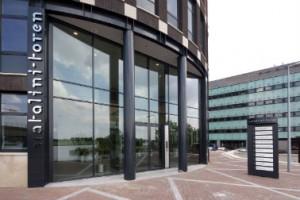 De toren is vernoemd naar de architect, die ook de bestrating van het entreeplein ontwierp