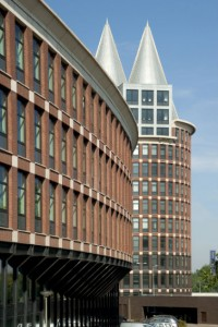 De Natalinitoren vormt een duielijke eenheid met de eerder gerealiseerde, lagere kantoorvleugel