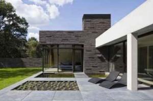 2 Een forse betonbalk op betonnen kolommen tempert de inval van zonlicht