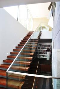 Zwevende trap met glazen leuning