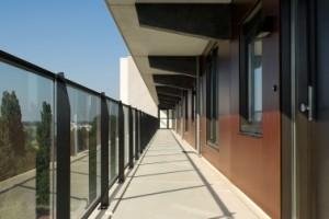 6 Dunne schijven beton met transparante glazen borstweringen vormen de nieuwe galerijen